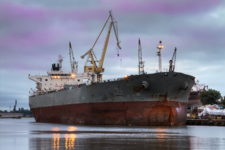 Een enorme schip in een reparatie werf Stockfoto