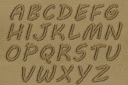 Engels alfabet geschreven op een strand zand.