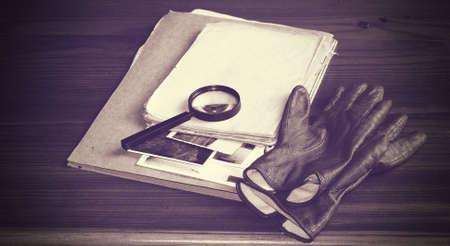 investigaci�n: Documentos de la vendimia con el concepto de investigaci�n lupa Foto de archivo