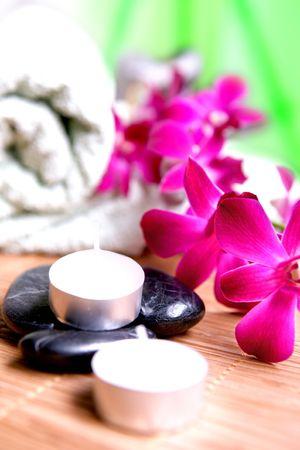 indulgere: Orchidee e candele con asciugamani e ciottoli. Tempo per rilassarsi, oziare e rilassarsi. Archivio Fotografico