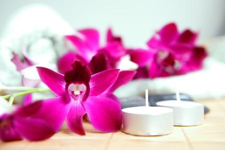 indulgere: Terapia termale asciugamano, ciottoli e candela. Tempo per rilassarsi, indulgere e rilassarsi.