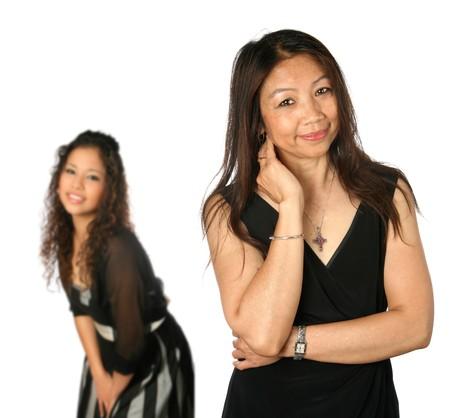 jeune fille adolescente: Mature Thai m�re avec de belles jeunes fille adolescente � l'arri�re-plan, isol� avec copyspace.