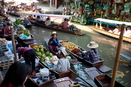 Bangkok August 2008  Busy sunday morning at Damnoen Saduak floating market  Locals selling fresh produce, cooked food and souvenirs while tourist waits of boats for hire, August 14, 2008