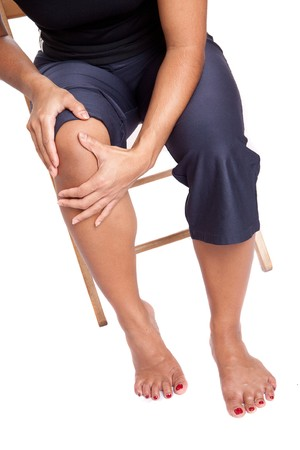 huesos humanos: Mujer que sufre de dolor en su rodilla, aislado