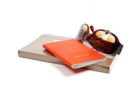 timbre voyage: Journal, passeport et des lunettes de soleil sur fond blanc. Banque d'images