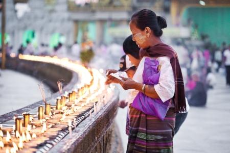 birma: YANGON, MYANMAR - 31 januari Boeddhistische liefhebbers aansteken van kaarsen bij de volle maan festival, Shwedagon Pagode, 31 januari 2010 in Myanmar Birma Redactioneel