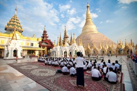 birma: YANGON, MYANMAR - 28 januari Boeddhistische liefhebber bidden op de volle maan festival, Shwedagon Pagode, 28 januari 2010 in Myanmar Birma
