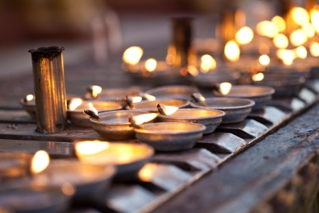 candil: Cientos de lámparas de aceite la línea de la pared de la oración que rodea el centro de pagoda en la pagoda de Shwedagon, Yangon, Myanmar