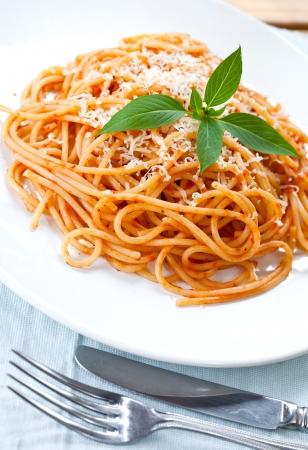 spaghetti: Spaghetti met tomatensaus en basilicum Stockfoto