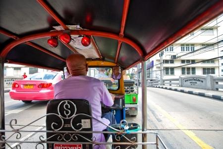 contaminacion acustica: BANGKOK, Tailandia - el agosto de 2010. Un tuk tuk negoting una calle en la ciudad ocupada de Bangkok, 20 de enero de 2010. Estos son los rickshaws motorizados y son muy populares entre los turistas por su valor de novedad.