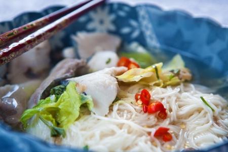 slurp: Deliciosa sopa de pescado con fideos y lechuga