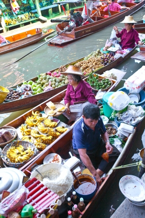 floating market: BANGKOK THAILAND - JAN 20. Busy sunday morning at Damnoen Saduak floating market, Bangkok Thailand Jan 20 , 2010. Locals selling fresh produce, cooked food and souvenirs while tourist waits of boats for hire.  Editorial