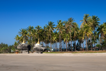 Two golden pagodas sitting on top of rocks found on the beach of Ngwe Saung, west coast of Myanmar. Banque d'images