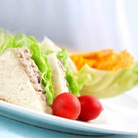 tuna mayo: Tuna sandwich with salad and tomato
