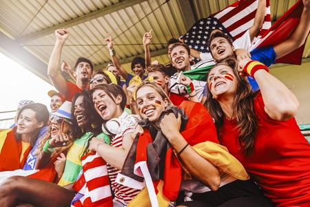경기장에서 여러 국가의 지지자들 스톡 콘텐츠