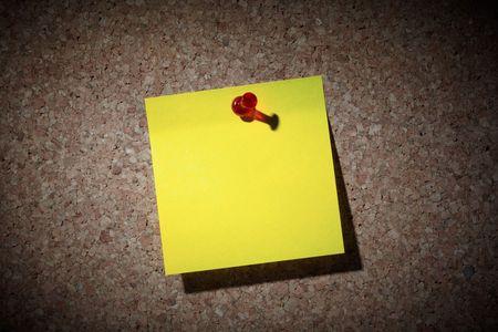 corkwood: Nota de aviso con el pin rojo sobre newsboard.  Foto de archivo