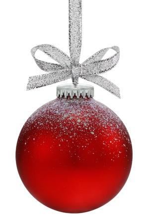 Kerst bal, opknoping van een lint, geïsoleerd op de witte achtergrond Stockfoto