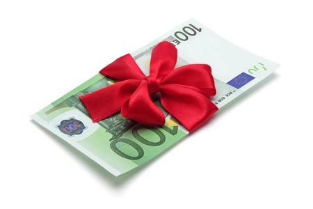 one hundred euro banknote: Billetes de cien euros con lazo rojo, aislado en el fondo blanco, trazado de recorte incluido.