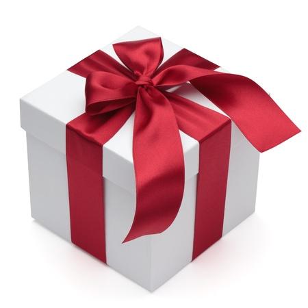 cadeaupapier: Geschenkdoos met rood lint en boog, geïsoleerd op de witte achtergrond, het knippen inbegrepen weg. Stockfoto