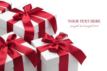 three gift boxes: Cajas de regalo con cintas rojas y lazos aislados sobre el fondo blanco, sin recortar camino incluido.