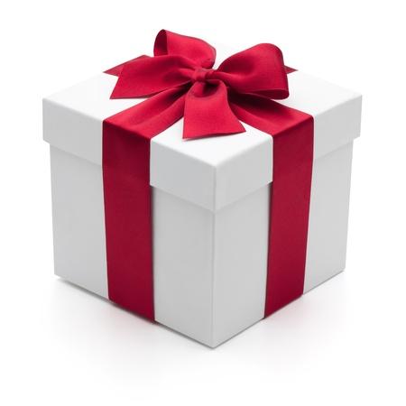 Geschenkdoos met rood lint, geïsoleerd op de witte achtergrond
