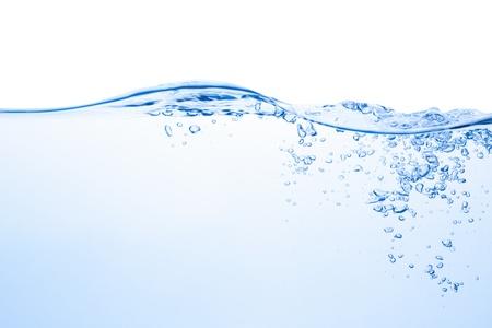 agua: Salpicaduras de agua con burbujas de aire, aislado en el fondo blanco