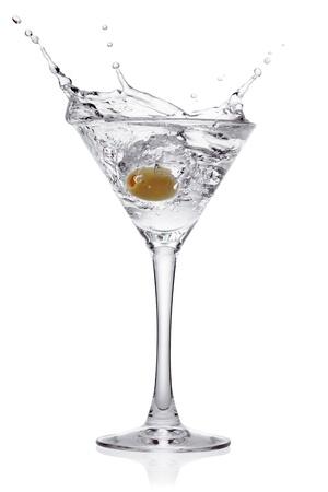 copa de martini: Splash de oliva en una copa de c�ctel, aislado en el fondo blanco