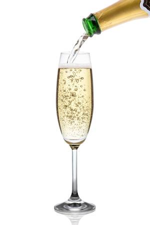 botella champagne: Champ�n que vierte en un vidrio, aislado en el fondo blanco, trazado de recorte incluidos