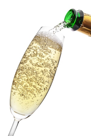Champagne gieten in een glas, geïsoleerd op de witte achtergrond, het knippen inbegrepen weg Stockfoto
