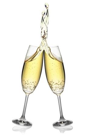 brindisi champagne: Coppia di flauti che effettuano una spruzzata di champagne elegante, isolato su sfondo bianco Archivio Fotografico