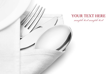 sked: Kniv, gaffel och sked med linne servett, isolerad på vit bakgrund, urklippsbana ingår