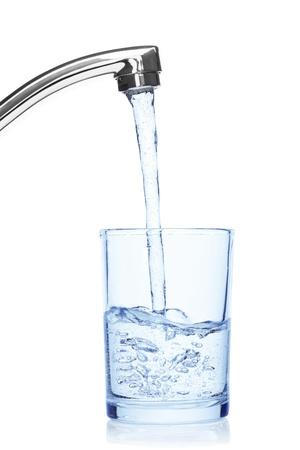 llave de agua: De vidrio lleno de agua potable de la llave, aislado en el fondo blanco, trazado de recorte incluidos