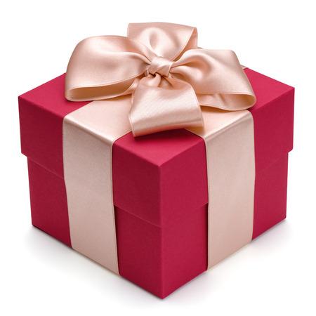 Rode geschenkdoos met gouden lint, geïsoleerd op de witte achtergrond, het knippen inbegrepen weg.