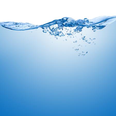흰색 배경에 고립 된 공기의 거품과 물 표면에 스플래시 웨이브.