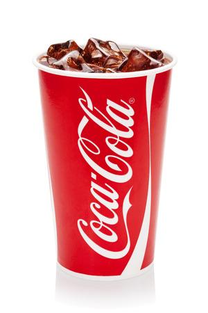ESTLAND-16 augustus 2014 Coca-Cola met ijsblokjes in de originele beker, geïsoleerd op de witte achtergrond Coca-Cola Company is de toonaangevende producent van frisdranken in de wereld Illustratief redactionele foto