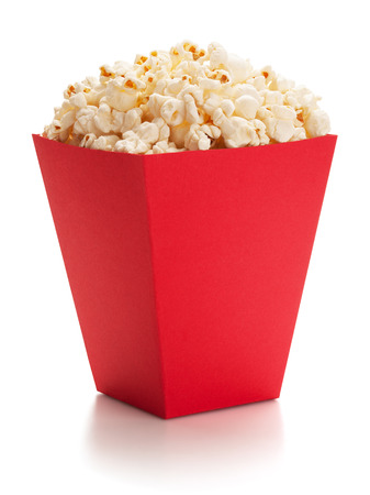 Volle rode emmer popcorn, geïsoleerd op de witte achtergrond, het knippen inbegrepen weg.