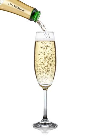 Champagne gieten in een glas, geïsoleerd op de witte achtergrond, het knippen inbegrepen weg.