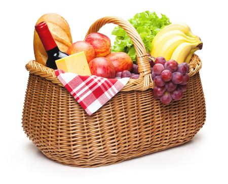 canastas de frutas: Cesta de picnic con alimentos aislado en el blanco