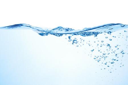 Salpicaduras de agua con burbujas de aire aislado en el fondo blanco.