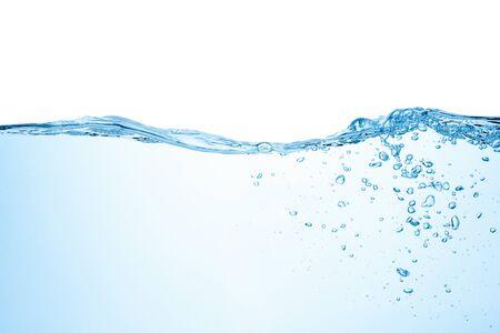 Salpicaduras de agua con burbujas de aire, aisladas sobre fondo blanco. Foto de archivo