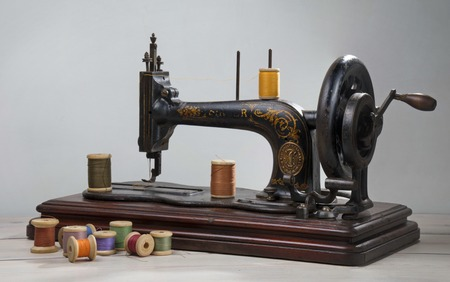 Vintage Nähmaschine mit Schere und Tuch