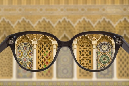 Clear cityscape focused in glasses lenses with blurred background. Archivio Fotografico