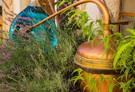 Retro apparatus for distillation of lavender oil in Provence, France. Banque d'images
