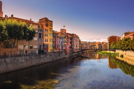 Girona. Veelkleurige gevels van huizen aan de rivier de Onyar. Catalonië, Spanje