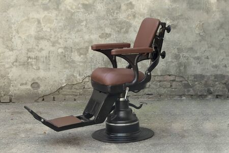 Antique Old Barber Black Dentist Leather Chair with Headrest. Archivio Fotografico