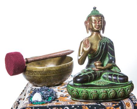 music therapy: cuenco tibetano con buda Foto de archivo