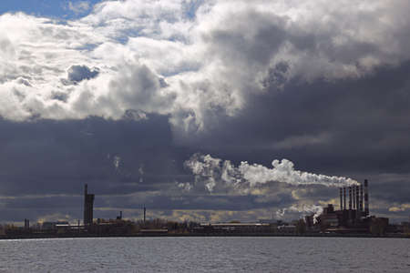 paesaggio industriale: vista del laghetto citt� con il paesaggio industriale e le nuvole