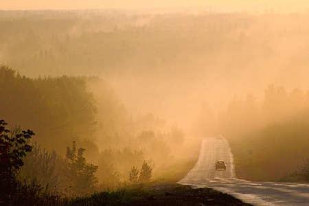 rodovia no nevoeiro nas colinas