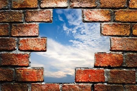 mortero: Cielo azul en la pared de ladrillos antiguos Foto de archivo