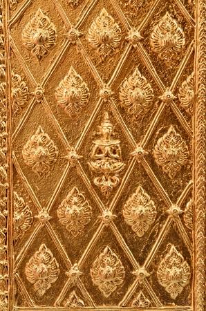 Buddha scolpito oro parete Editoriali